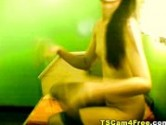 Travesti se exibindo na webcam